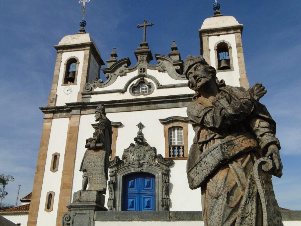 O Santuário do Bom Jesus de Matosinhos, no município de Congonhas, abriga os Doze Profetas, conjunto de esculturas em pedra-sabão feitas entre 1794 e 1804 pelo artista Antônio Francisco Lisboa, o Aleijadinho.