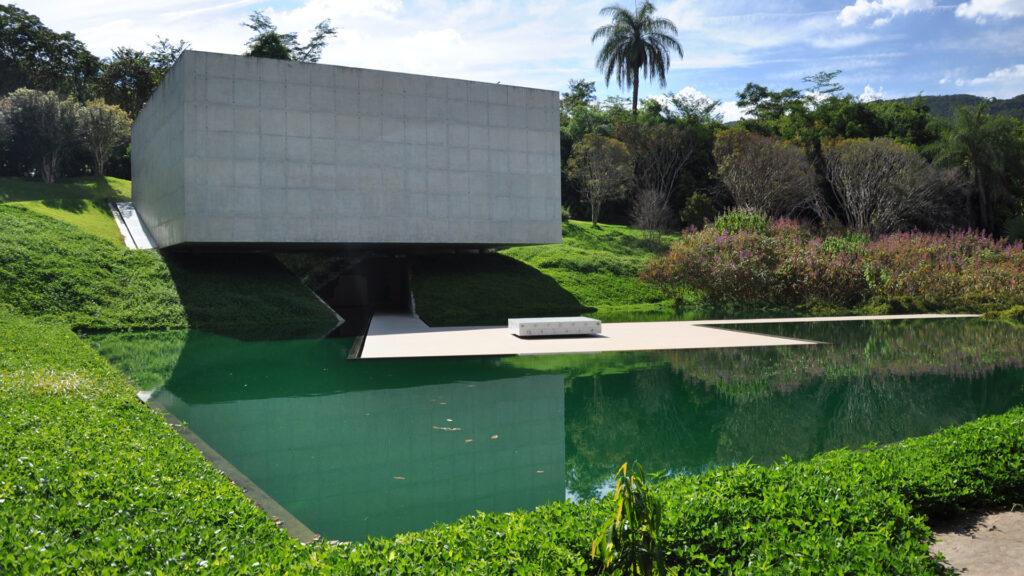 O Instituto Inhotim é a sede de um dos mais importantes acervos de arte contemporânea do Brasil e considerado o maior museu a céu aberto do mundo. Está localizado em Brumadinho, a apenas 60 km de Belo Horizonte.