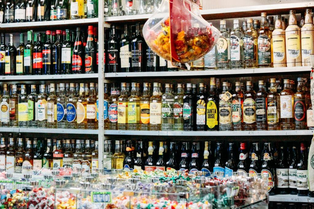 Além disso, vale uma passada para um dedinho de prosa no Mercado Central, saborear e levar para casa genuínos produtos da terra, como queijos dos mais diversos <i>terroirs</i>, vinhos, cachaças, café das montanhas do Sul de Minas e do Cerrado, entre outras delícias.