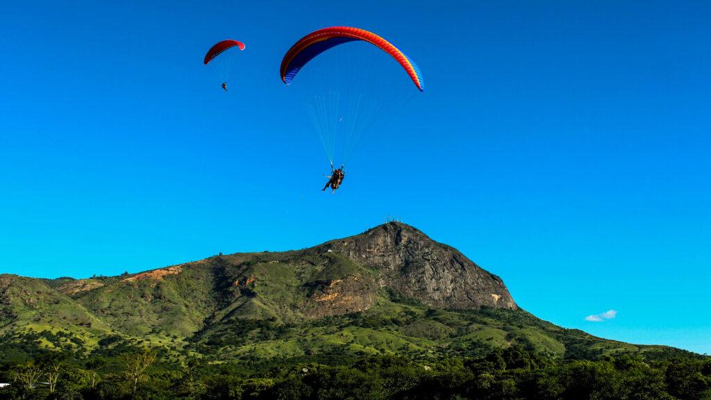 O leste de Minas Gerais é conhecido pelo desenvolvimento da indústria siderúrgica, e também guarda boas surpresas aos viajantes. Em Governador Valadares é possível praticar voo livre a partir do Pico do Ibituruna, de 1.123 metros de altitude.