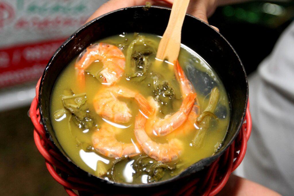 <b>Happy Tacacá Hour</b><br>No fim do dia, por volta das 17h, é hora de tomar o Tacacá: um caldo quente feito de tucupi, goma de tapioca cozida, folha de jambu e camarão seco. Servido numa cuia, é feito tradicionalmente pelas tacacazeiras.