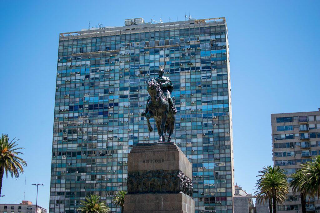 Em Montevidéu, Paola recomenda um passeio pela Cidade Velha, começando pela <b>Plaza Independência</b>, passando pela Puerta de la Ciudadela, que foi construída pelos espanhóis no século XVIII para a defesa da cidade murada.