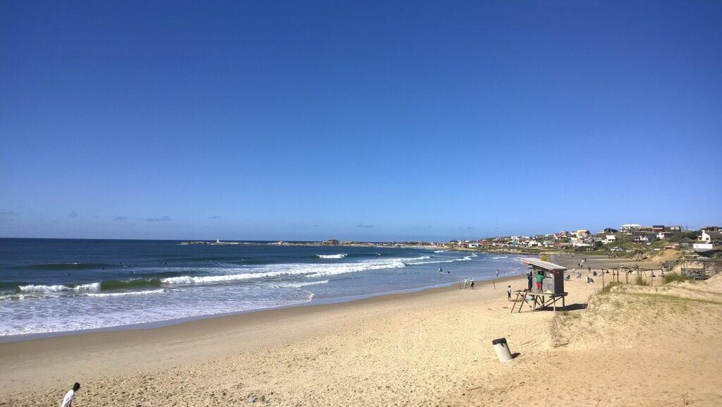 <b>Punta del Diablo</b> é um povoado costeiro a 300 quilômetros de Montevidéu, banhado pelo Oceano Atlântico. Originalmente, era uma vila de pescadores. Se desenvolveu e hoje oferece opções de hospedagem para todos os gostos e possibilidades econômicas. Apesar disso, conseguiu manter seu encanto. Suas praias são de águas frias e um pouco agrestes, mas têm um ar e charme que só indo até lá para entender.