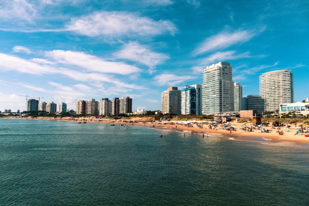 O ponto turístico mais conhecido do Uruguai é <b>Punta del Este</b>. Segundo Paola, é um lugar lindo para ir nos meses de baixa temporada, já que, entre os meses de dezembro e fevereiro, a cidade está sempre lotada de turistas e com muito trânsito.